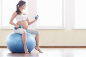 ejercicios-con-pelota-para-embarazadas-caderas